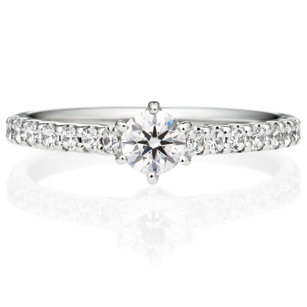 ダイアモンドが散りばめられた婚約指輪