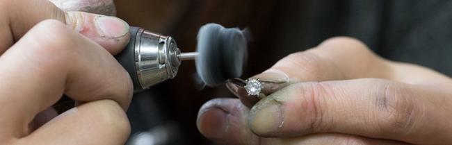 結婚指輪・婚約指輪をひとつひとつ丁寧に制作している様子