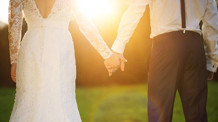 結婚する男性と女性