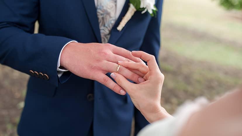 男性の指にはめる指輪