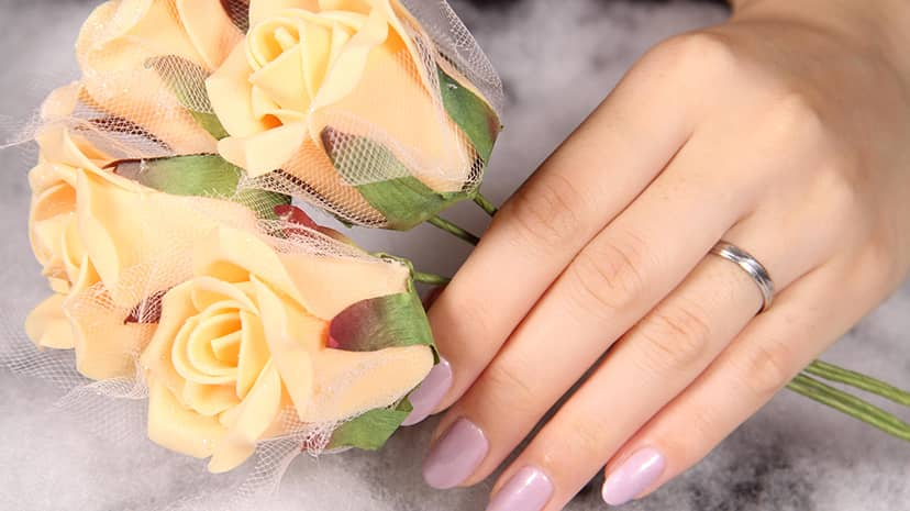 愛を誓う指輪と愛の花