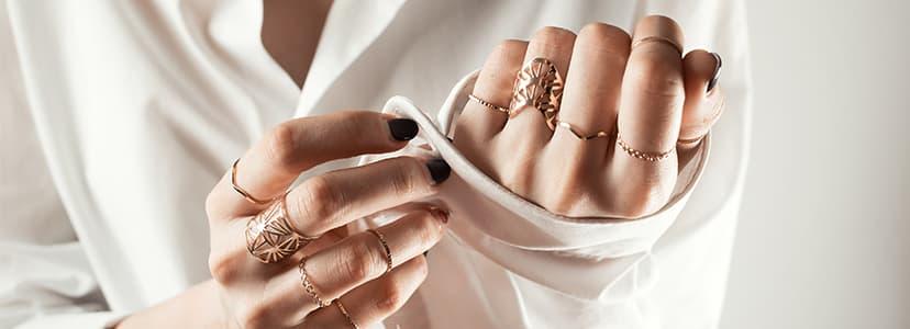 右手の薬指のリング