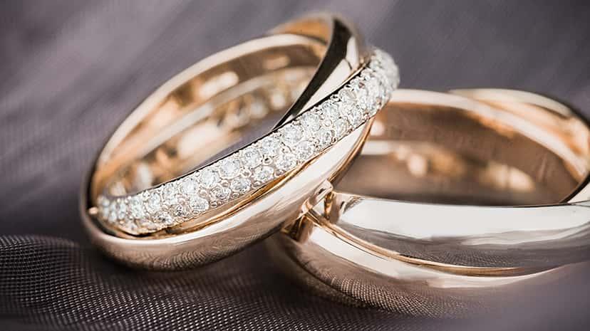 半分だけダイヤが散りばめられた指輪