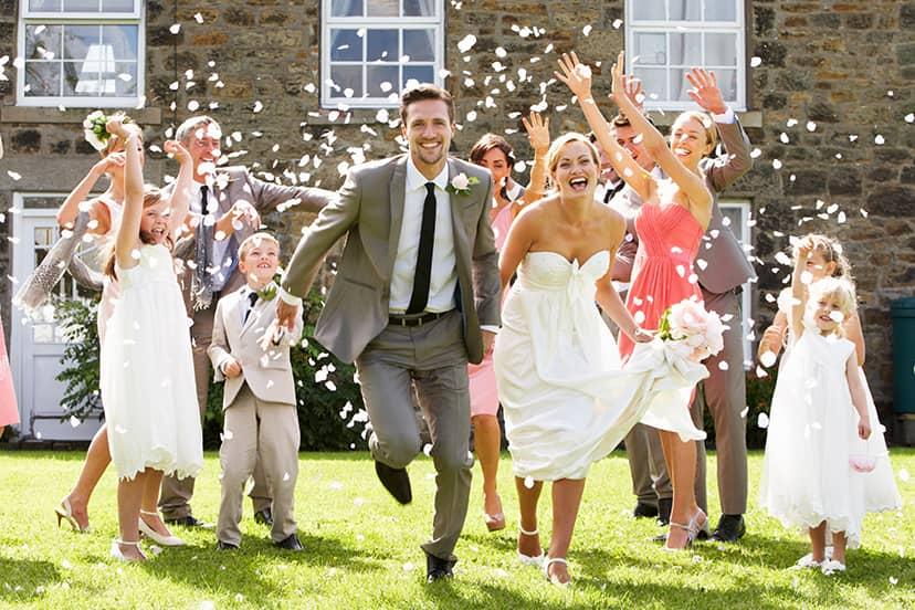 結婚を祝う人たち