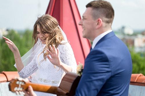 結婚式で曲を歌う新郎新婦